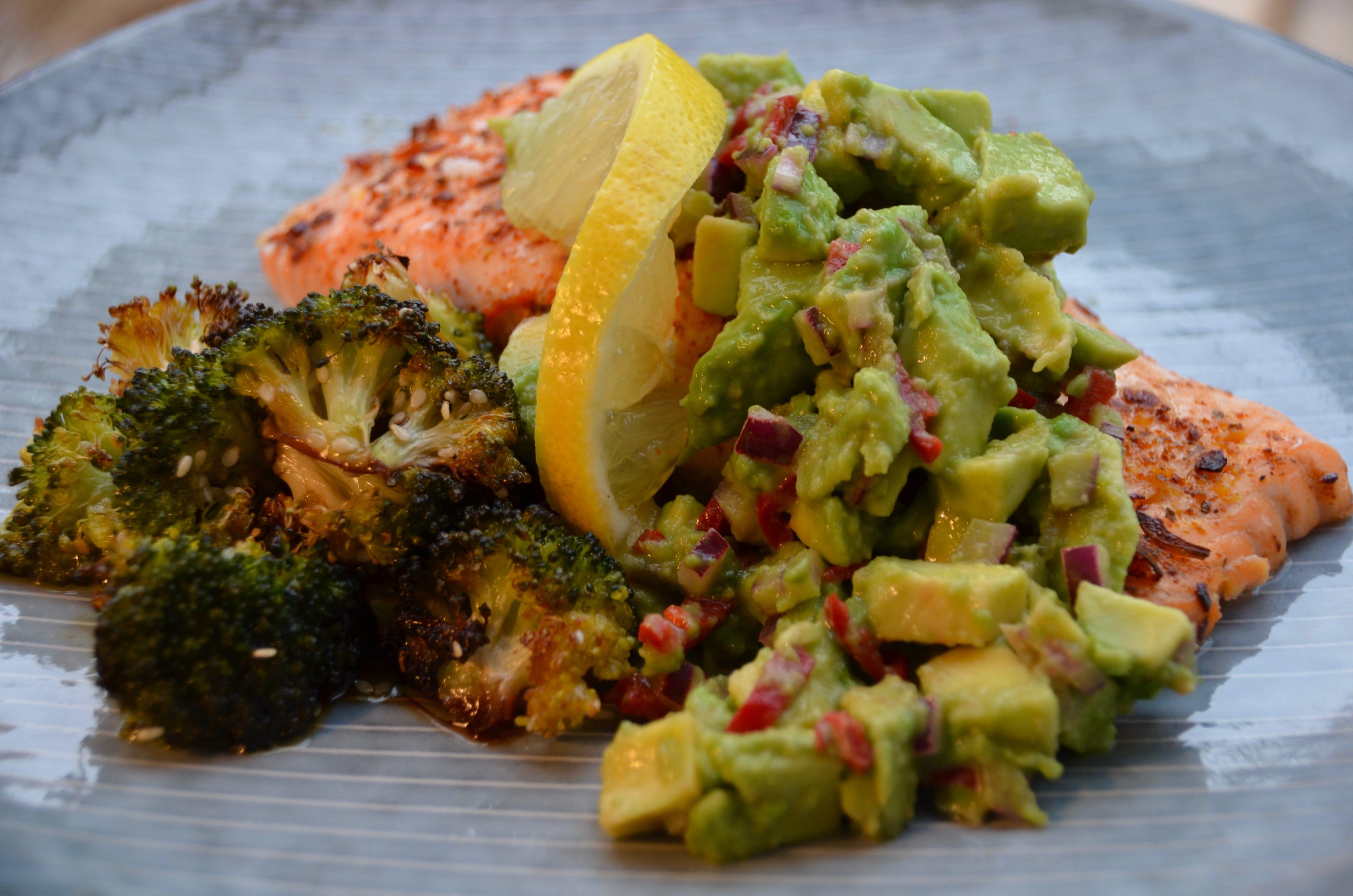 Ofnbakaður lax með avocado-salsa og brokkolí