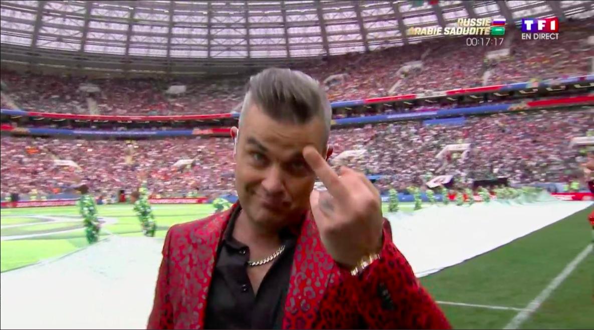 Robbie Williams útskýrir af hverju hann gaf puttann á opnunarhátíð HM