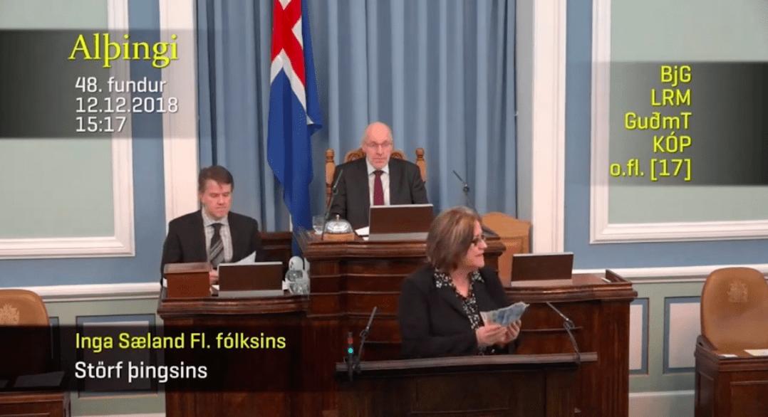 Inga Sæland ætlar að gefa jólabónusinn - Veifaði seðlum í pontu Alþingis