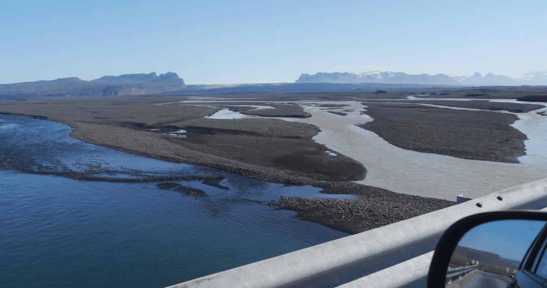 Ökumaður bílsins sem fór fram af brúnni yfir Núpsvötn með réttarstöðu sakbornings