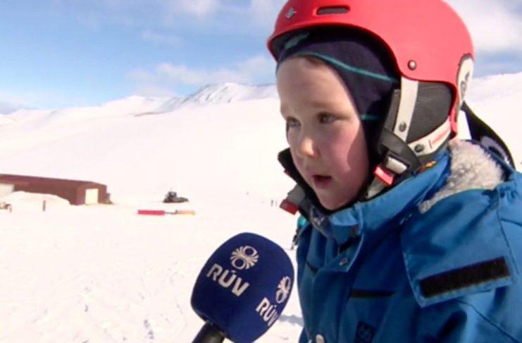 Þessi ungi snillingur hafði engan tíma til að spjalla við fréttamann RÚV