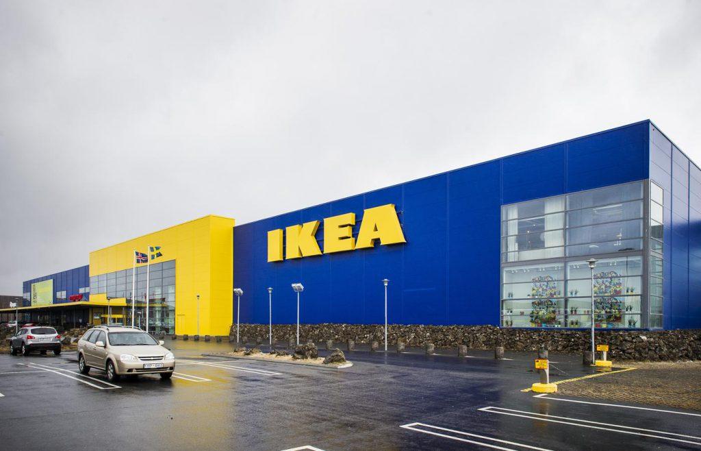 Eitthvað SKRÝTIÐ við bókina sem hún keypti í IKEA - Hefði svo sem mátt búast við þessu! - MYND