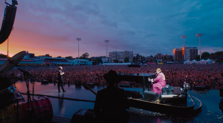 Taron Egerton söng Your Song með Elton John á tónleikum í Englandi