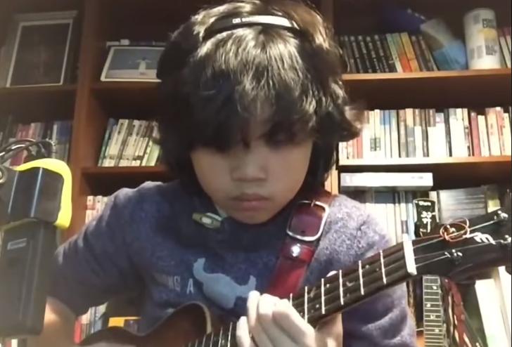 Ungur strákur ROKKAÐI Nirvana lag á ukulele - Smells Like Teen Spirit er ótrúlega flott svona! - MYNDBAND