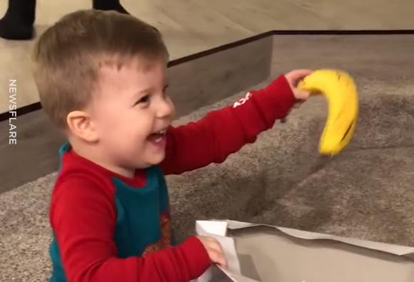 Við EFUMST um að þú verðir jafn ánæg/-ur með þínar gjafir - eins og hann var með að fá banana! - MYNDBAND