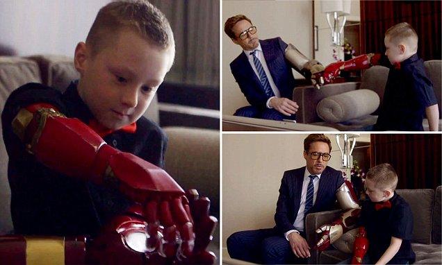 Robert Downey Jr kom með nýja hendi fyrir ungan strák - Fékk alveg eins hönd og hetjan sín! - MYNDBAND