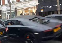 Svona lítur RÁNDÝR árekstur út - Lamborghini flýgur af bíl sem keyrir fyrir hann!