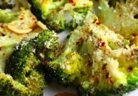 Ofnbakað brokkolí með parmesan, chilli og hvítlauk