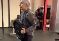 Hún er 72 ára og LYFTIR líklegast meira en þú - Rosalegt að fylgjast með rútínunni hennar! - MYNDBAND